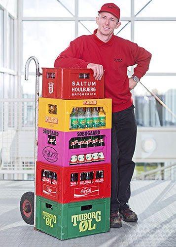 Peter Skafte med sodavand og øl kasser