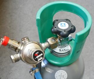CO2 flaske med fastlåst trykregulator